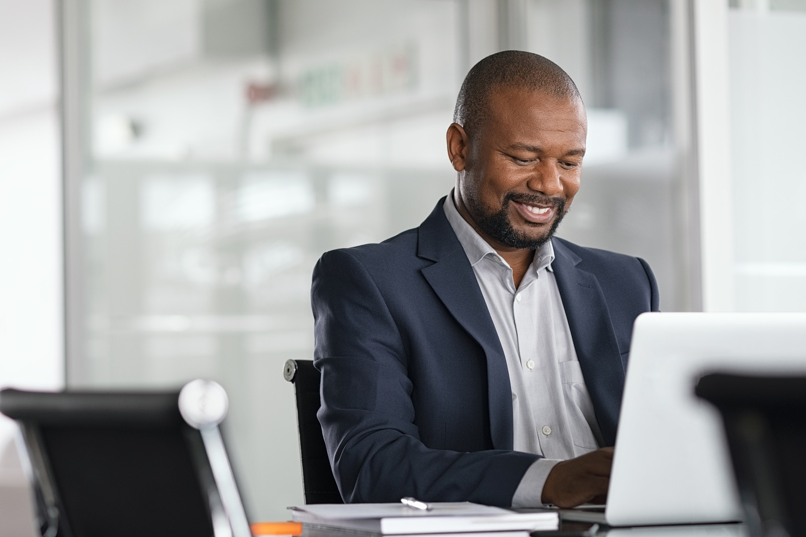 african american man smiles because he improved his readability and SEO and is ranking better on search engines. He learned these skills from Simplified SEO consulting